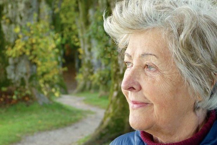 ältere Frau im Freien